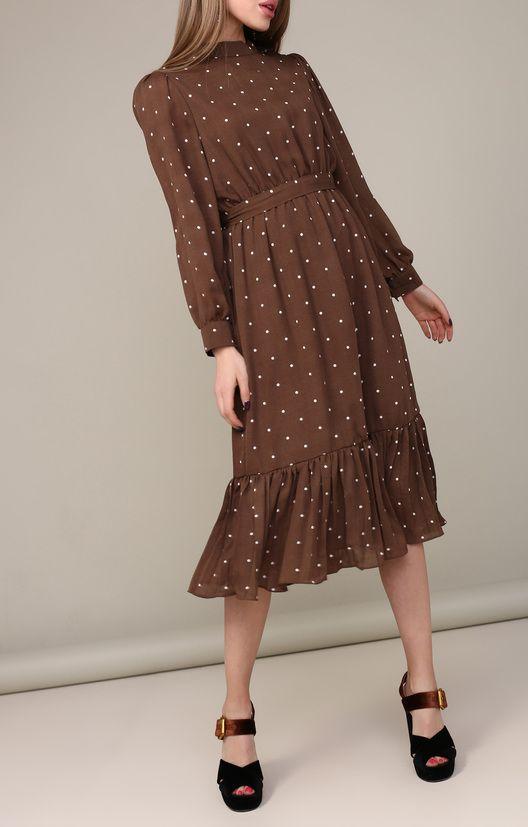 Коричневое ситцевое платье в горошек ниже колена сочетается с черными замшевыми босоножками.