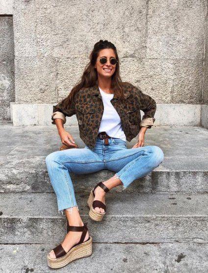 Однотонная белая майка, прямые синие джинсы, темная леопардовая короткая куртка и босоножки на танкетке - стильный повседневный лук.