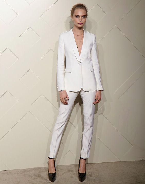 Белый классический костюм прекрасно смотрится с лаковыми черными туфлями с закрытым носом на платформе и высоком каблуке.