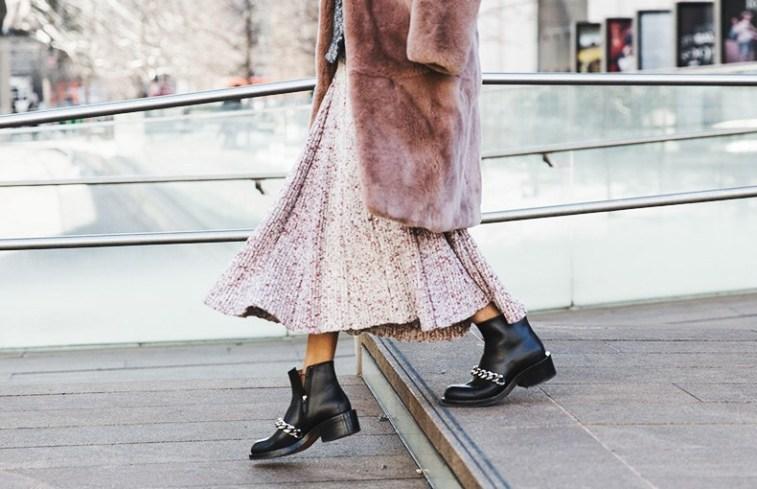 Легкая юбка нежного оттенка и грубые ботинки формируют лук в стиле гранж.