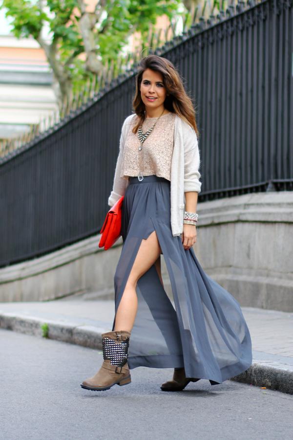Летящая юбка и байкерские ботинки - шикарное сочетание.