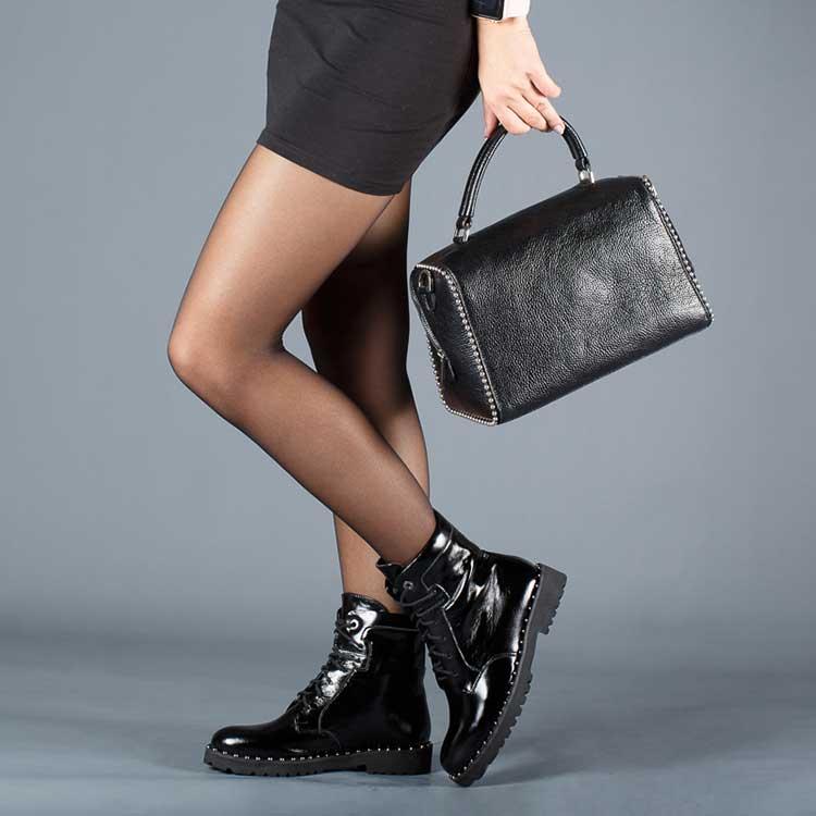 Лаковые ботинки и мини - эффектное сочетание для смелых девушек.