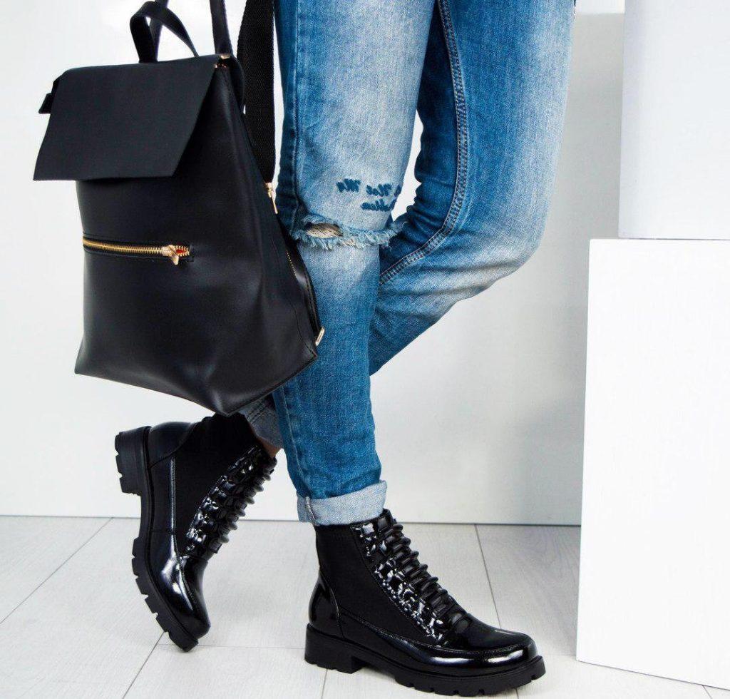 Лаковые ботинки и джинсы - это классика жанра.