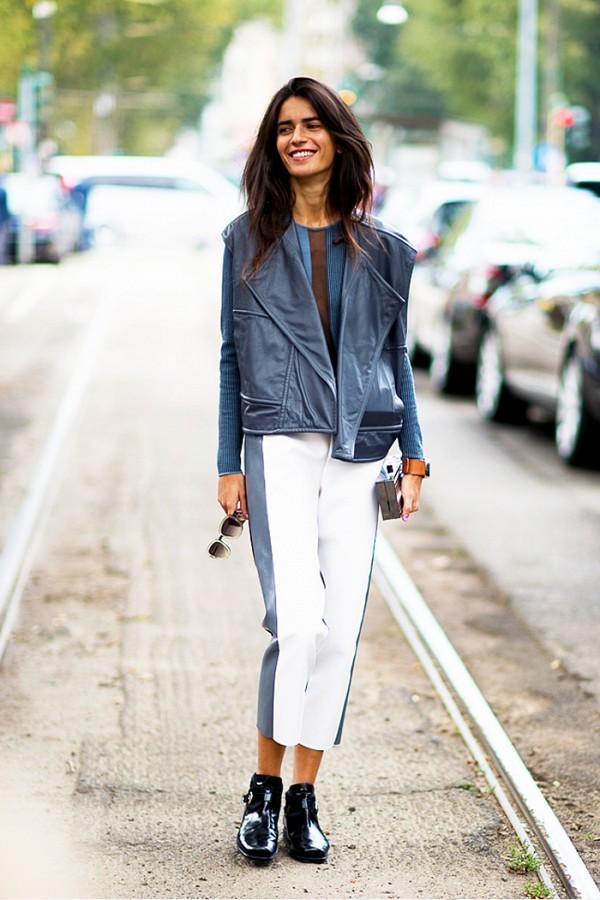 Стильный сине-белый лук отлично смотрится с парой лаковых ботинок.