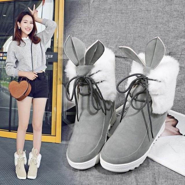 Нестандартное модное решение - ботинки с мехом и шорты.