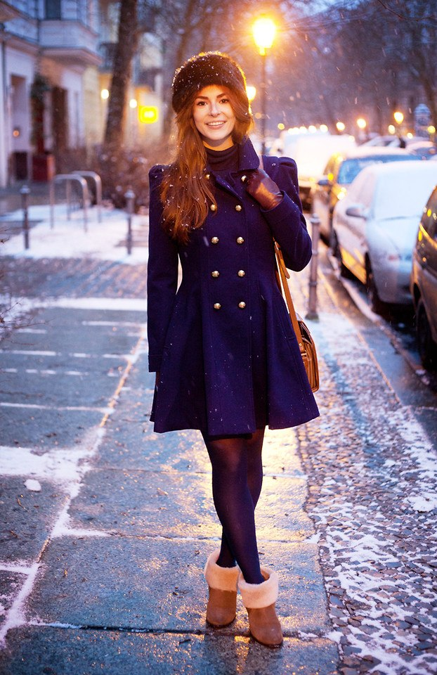 Стильные ботинки с меховыми отворотами отлично дополнят зимний образ с пальто.