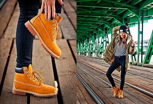 Повседневный образ с яркими ботинками.