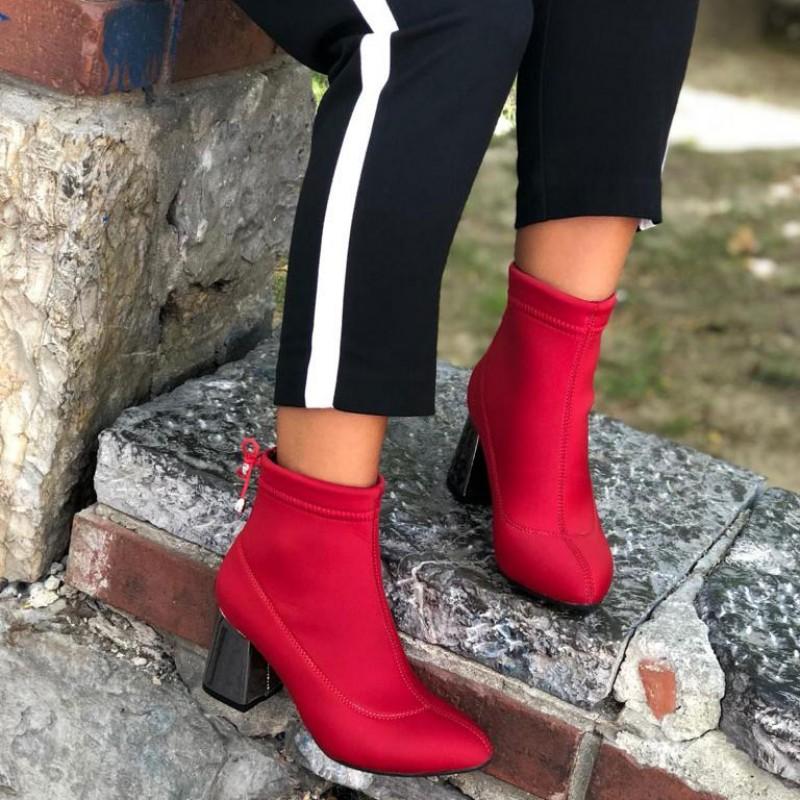 Красные ботинки - один из трендов сезона.