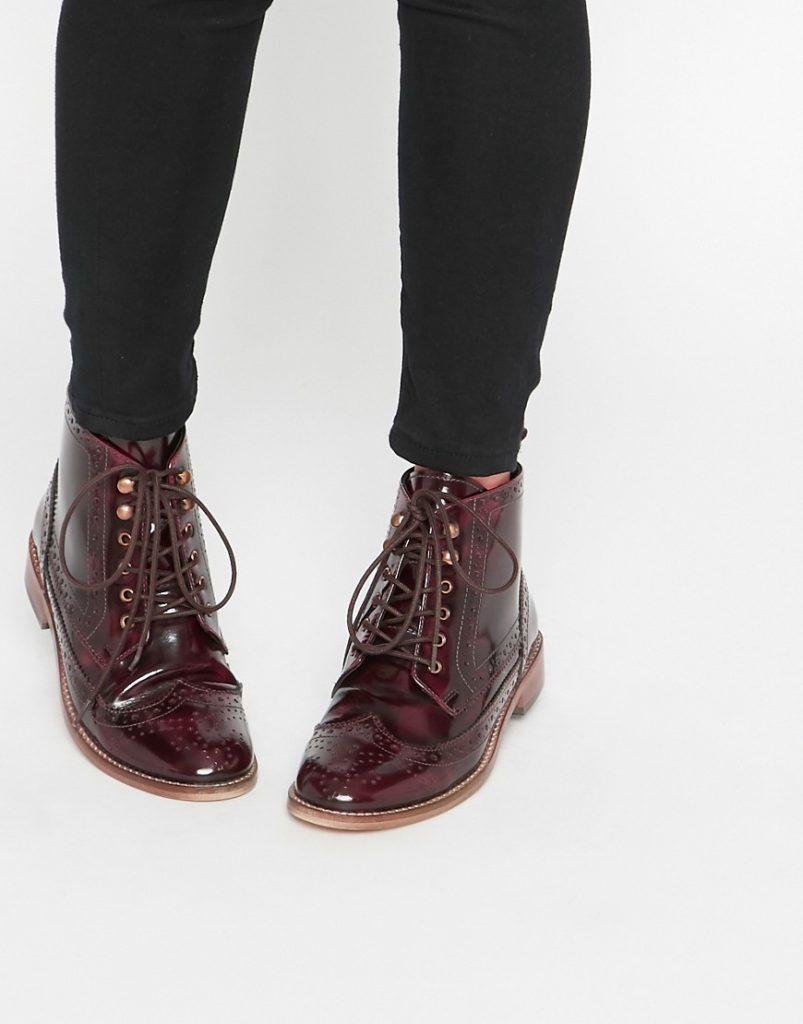 Высокие ботинки-броги с открытой шнуровкой.