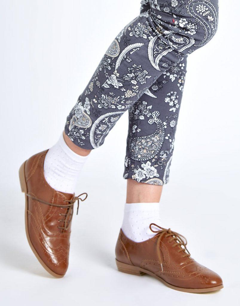 Броги-оксфорды с закрытой шнуровкой в классическом коричневом оттенке.