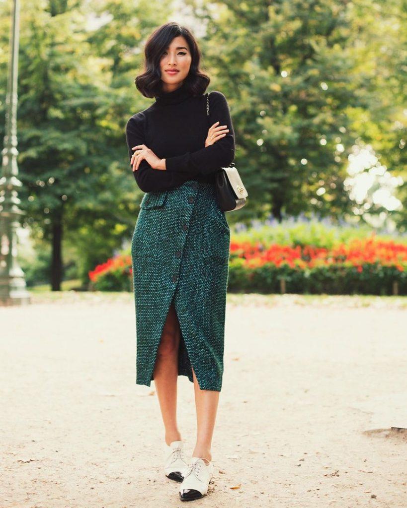 Темная юбка-миди и светлые броги создадут порождаемый по своей элегантности ансамбль.