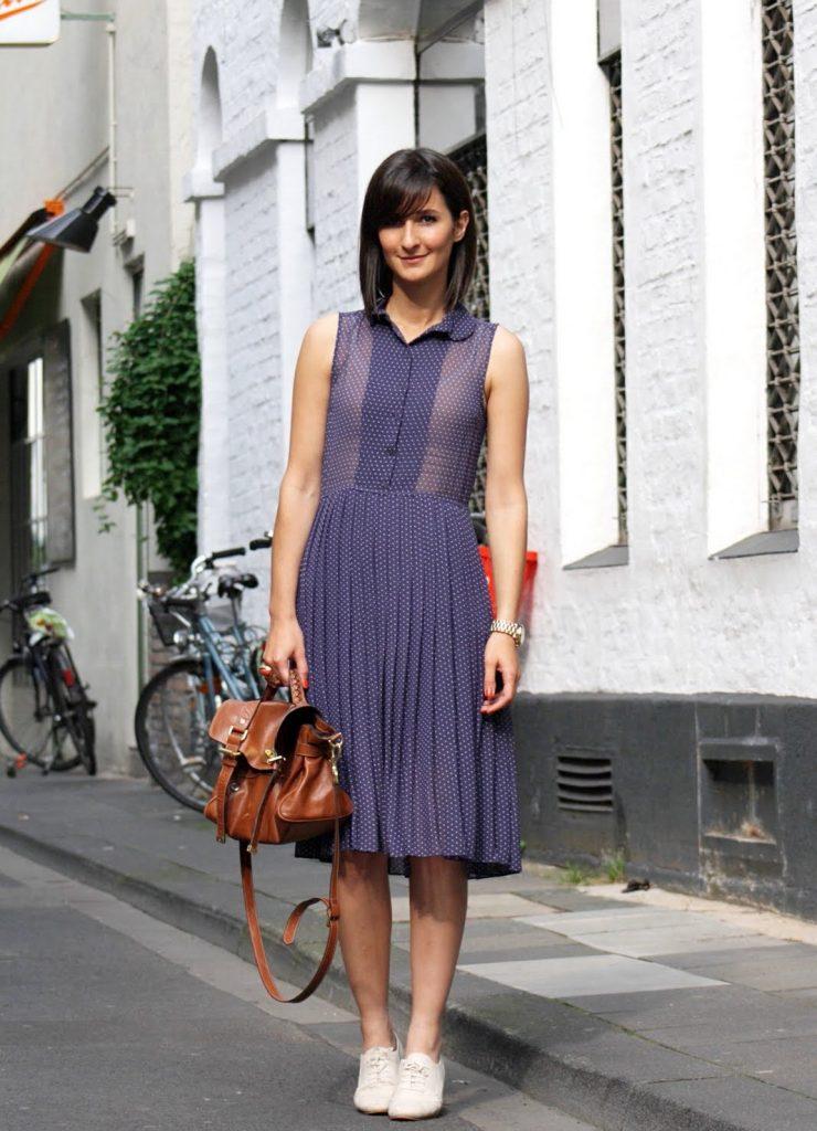 Женственный образ с платьем преркасно дополнят светлые броги.