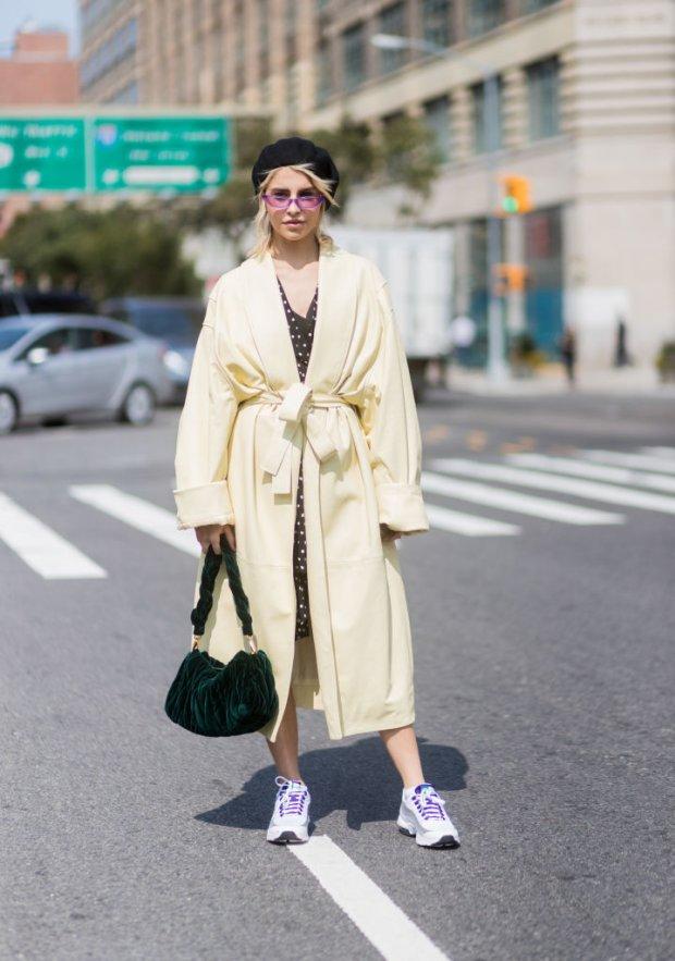 Наиболее эффектно смотрится сочетание белых кроссовок и светлого пальто.
