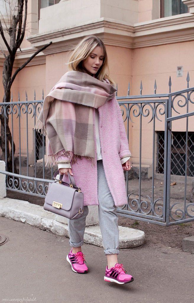 Элегантное сочетание: розовое пальто и кроссовки в тон.