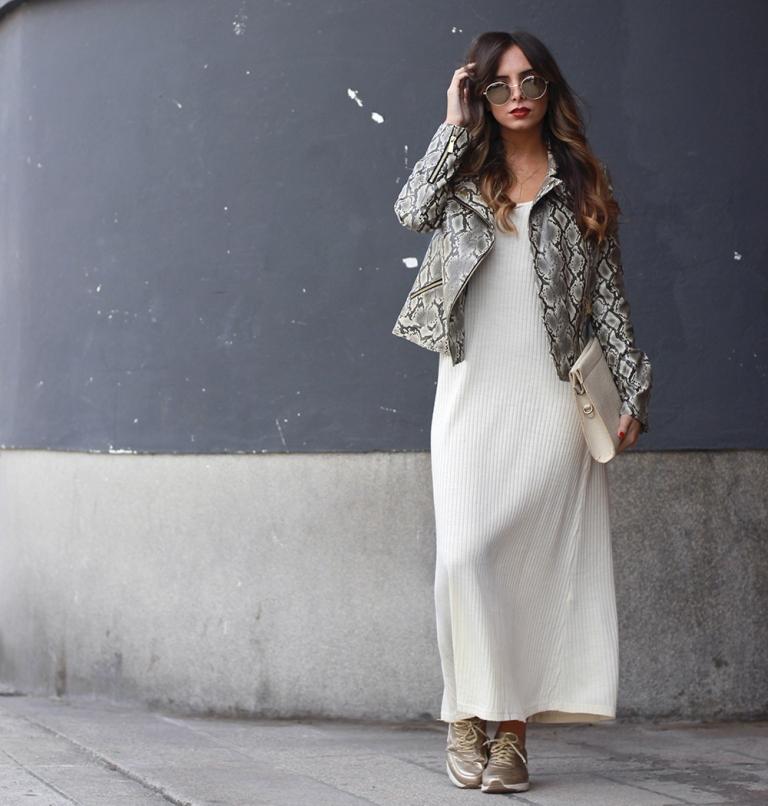 Бежевые кроссовки прекрасно дополнят светлое макси-платье.