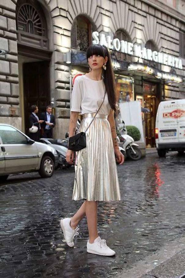 Юбка-плиссе и белые кроссовки - элегантное сочетание для яркой девушки.