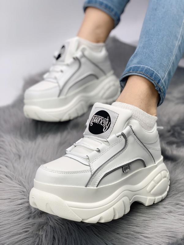 Кожаные кроссовки - must have модного женского гардероба.