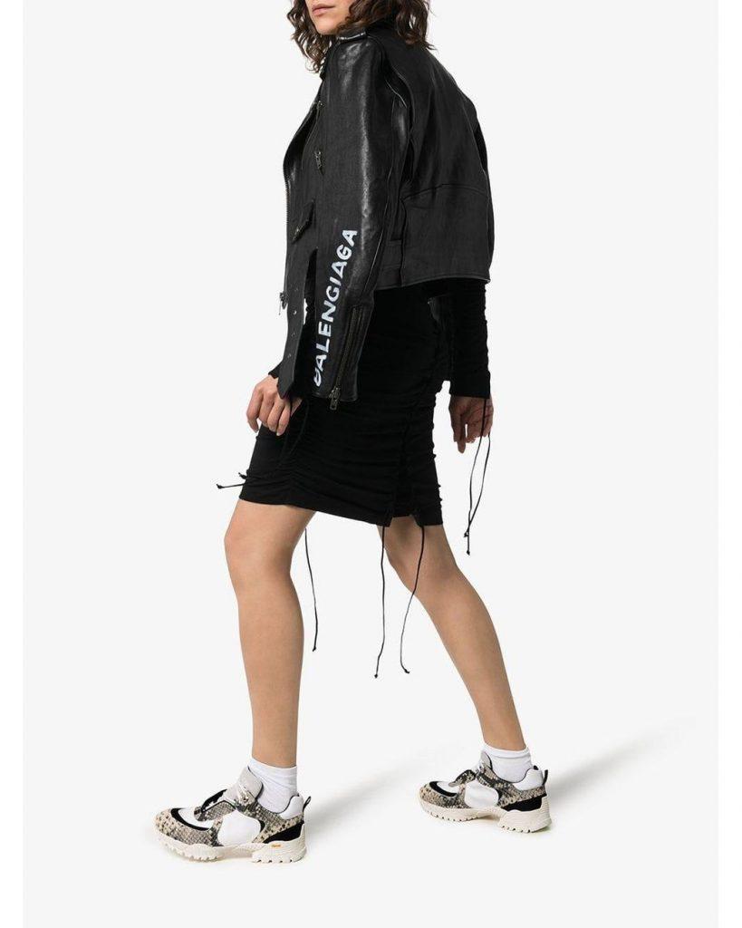 Смелый кэжуал-лук с черной курткой и контрастными белыми кроссовками.