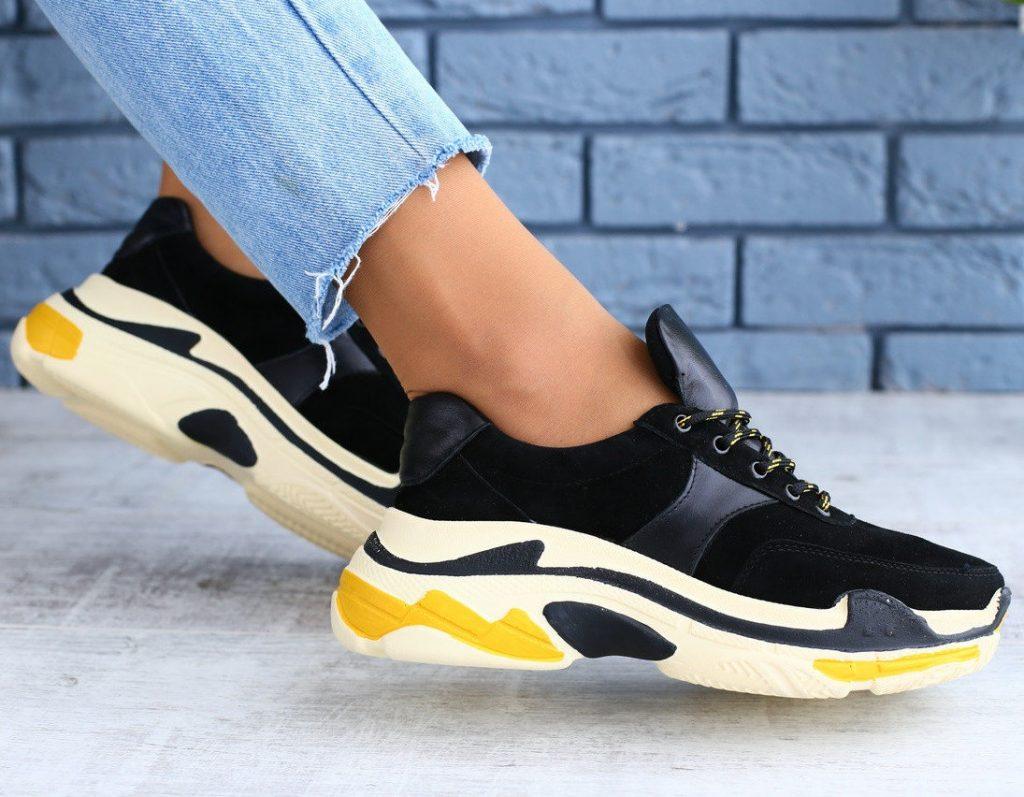 Эффектное решение сезона - комбинация замши и кожи в женских кроссовках.
