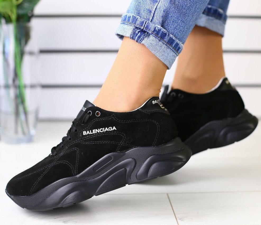 Черные нубуковые кроссовки смотрятся дорого и благородно.