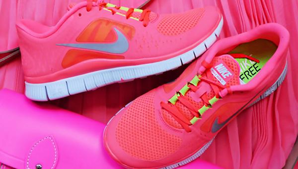 Эффектные ярко-розовые кроссовки сделают каждый лук незабываемым.