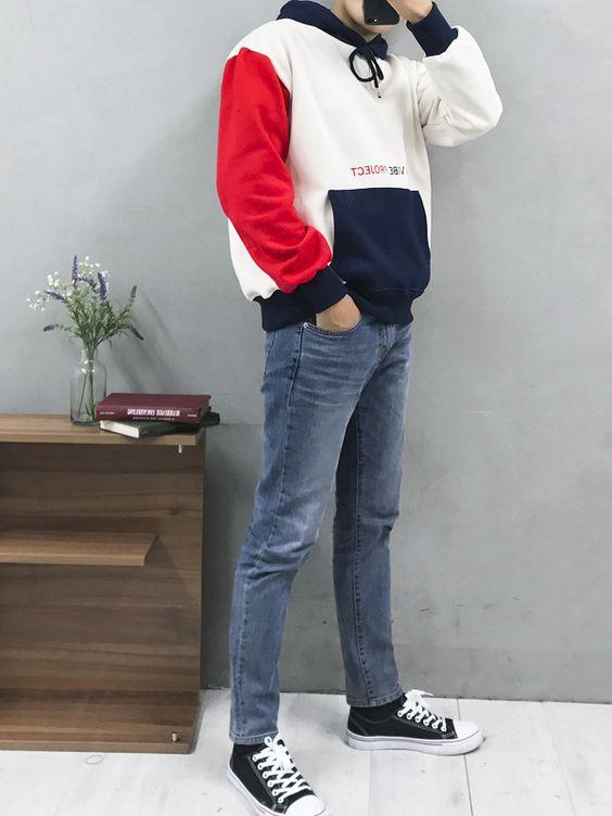Простые прямые джинсы сочетаются с черными кедами и цветным худи.