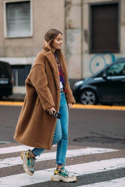 Массивные яркие кроссовки, голубые прямые джинсы и искусственная коричневая шуба.