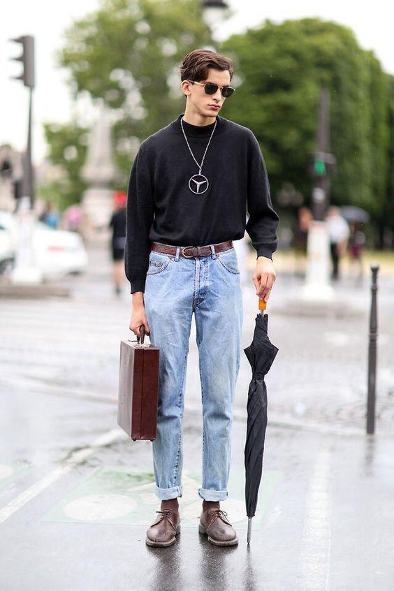 Широкие светлые джинсы, обычный черный свитер и коричневые туфли на шнуровке.