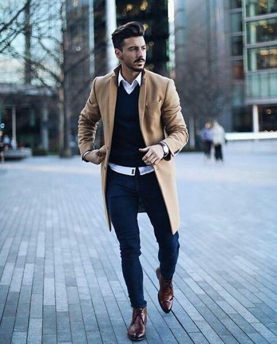 Темно-синие прямые джинсы, бежевое пальто и темно-коричневые классические туфли.
