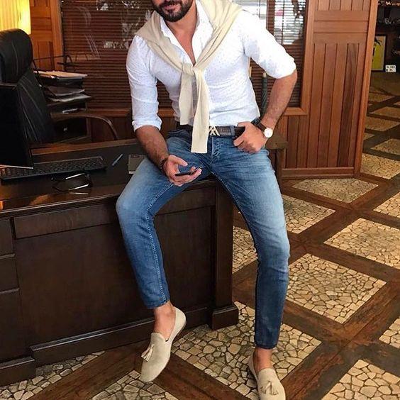 Синие классические джинсы, белая рубашка и бежевые замшевые мокасины.