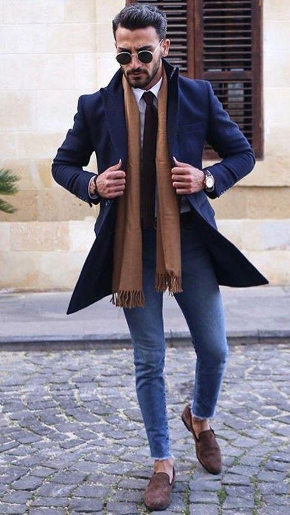 Голубые скинни,удлиненный пиджак в итальянском стиле, коричневый шарф и такого же цвета эспадрильи.