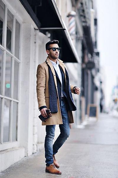 Темные прямые джинсы в сочетании с коричневыми туфлями и классическим пальто.