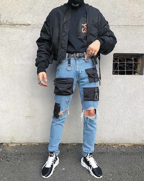 Голубые рванные джинсы с карманами, черный гольф и куртка, черные кроссовки с белой подошвой - стильный мужской образ.