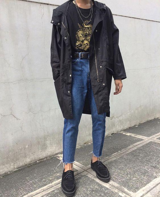 Темно-синие бойфренды хорошо сочетаются с замшевыми туфлями на шнуровке и черной удлиненной курткой.