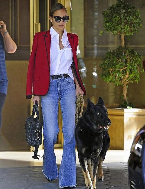 Синие джинсы клеш хорошо смотрятся с белой заправленной рубашкой и красным пиджаком, обувь стоит подбирать на каблуке.