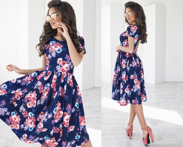 Розовые босоножки на толстом каблуке отлично смотрятся с платьем-колокольчик.