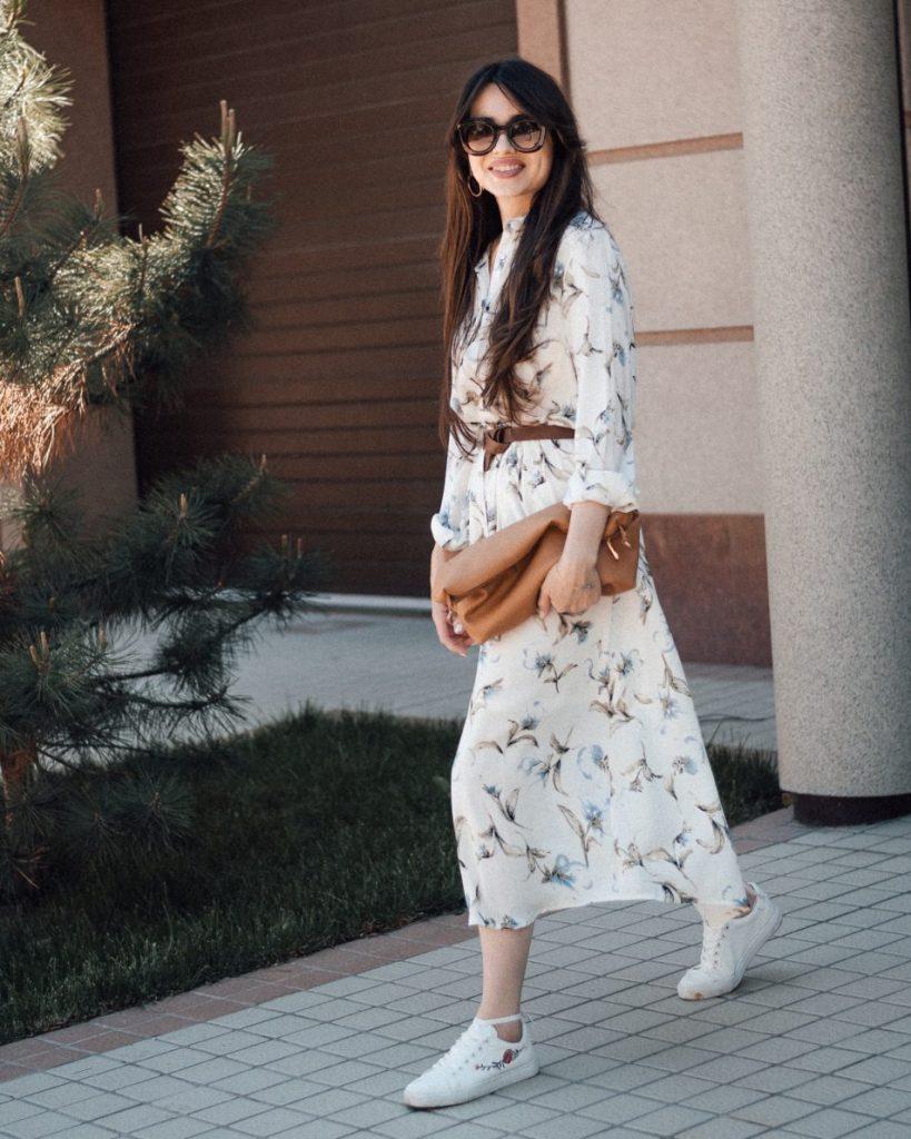 Светлое платье ниже колена и кеды - лучшее сочетание для женственного лука.