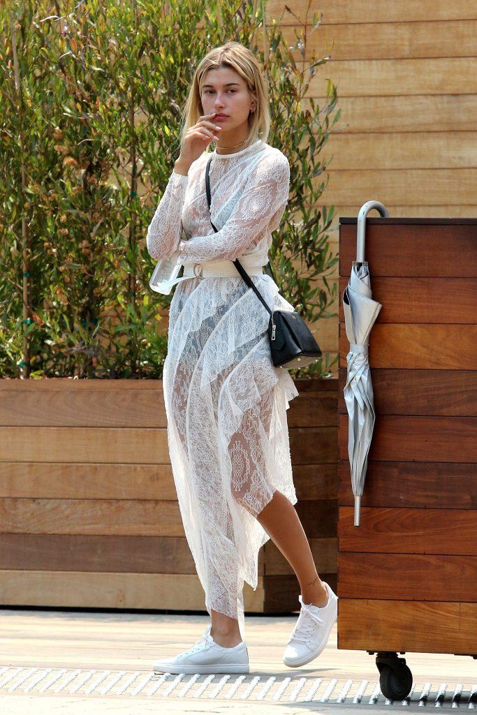 Эффектное кружевное платье отлично дополнят белые кроссовки.