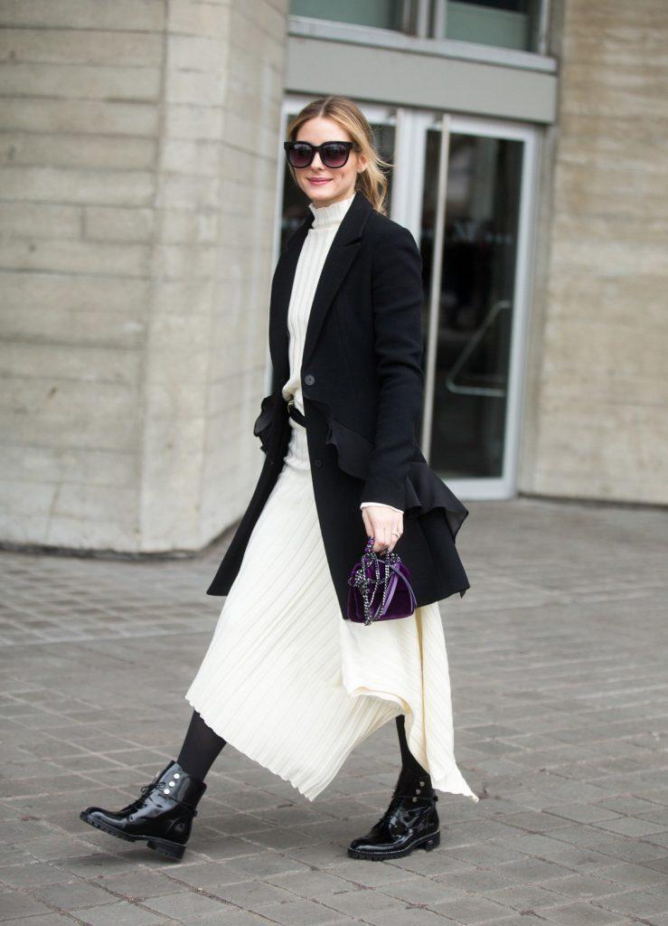 Контрастный черно-белый образ с ботинками.