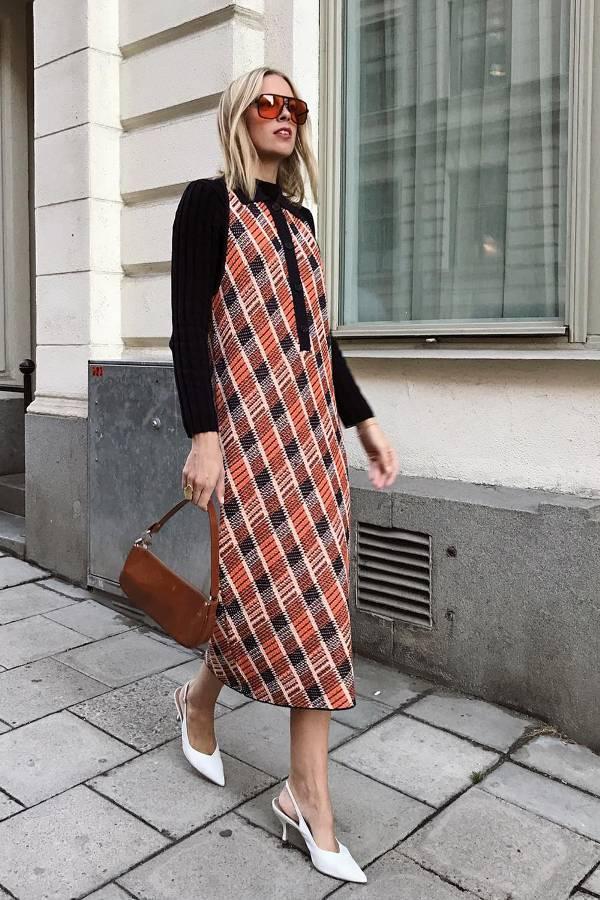 Лодочки с открытой пяткой отлично дополняют клетчатое платье-миди