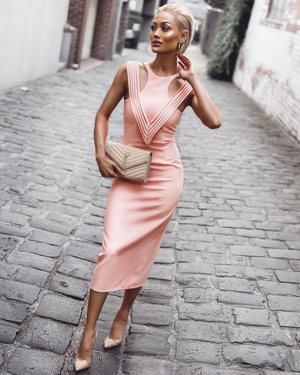 Пудрово-розовое платье с лодочками нюд смотрится элегантно и нарядно.