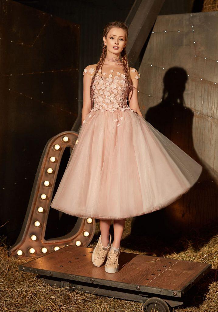 """Пышное платье-миди с кроссовками создает модный образ """"принцесса в кроссовках""""."""