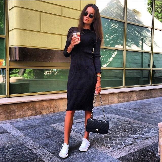 Белые кроссовки отлично дополняют черное платье-футляр.