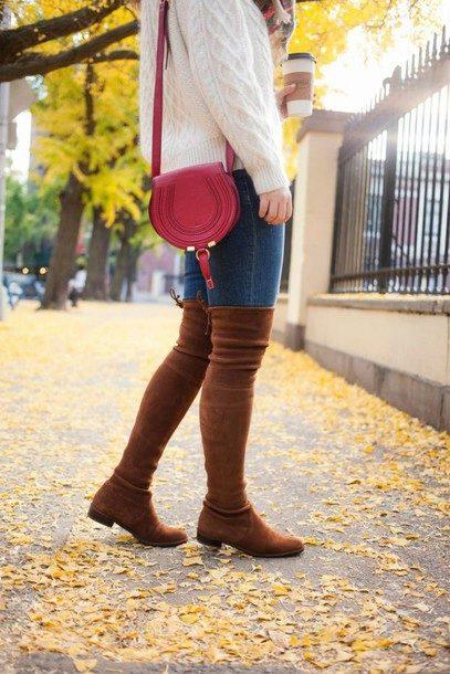 Замшевые ботфорты, джинсы, белый свитер и миниатюрная сумочка — вариант осеннего аутфита.