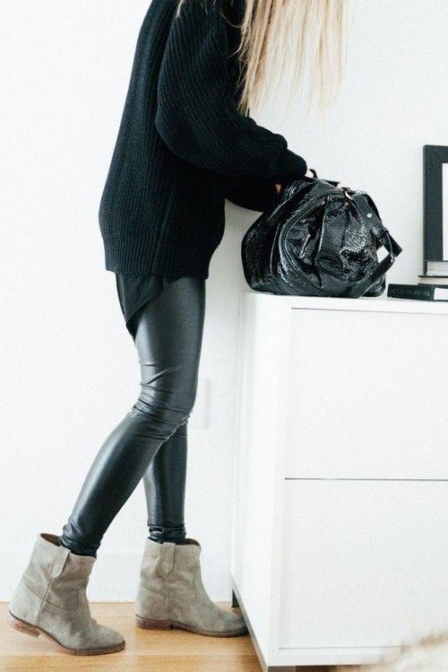 Серые полусапожки с вольным голенищем хорошо гармонируют с узкими кожаными штанами.