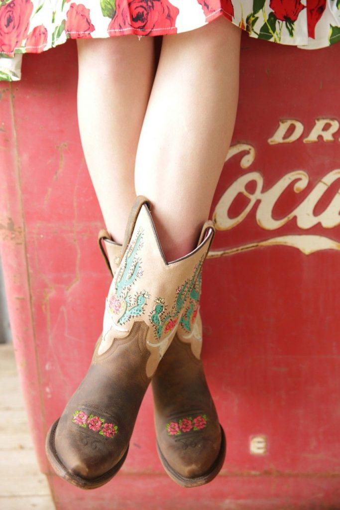 Милый цветочный принт только украшает грубоватую обувь.