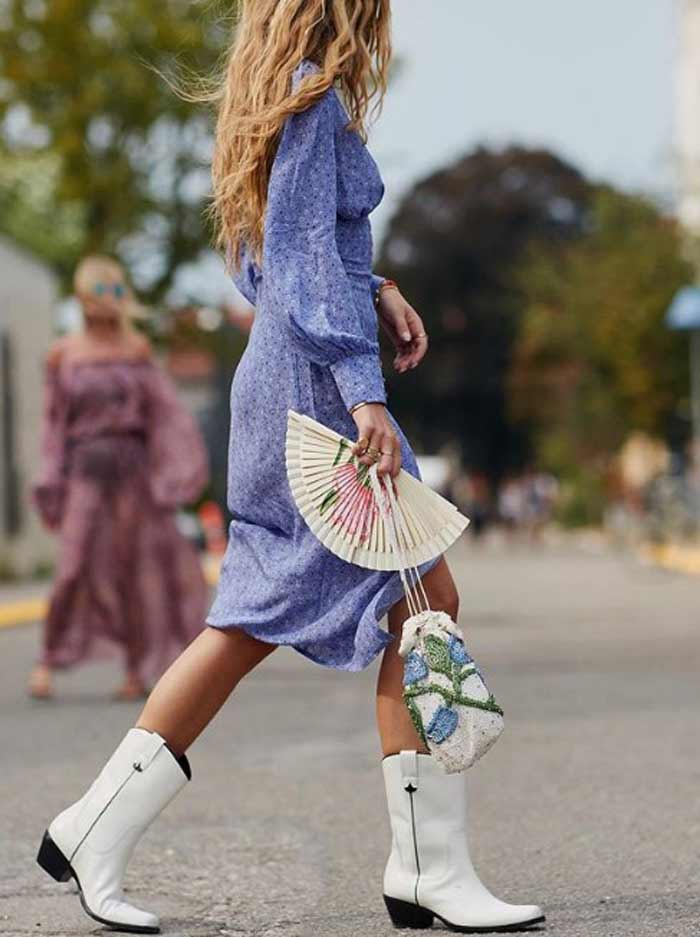 Белые сапожки, воздушное платье нежного сине-сиреневого оттенка, маленькая сумочка и веер создают романтичный образ.
