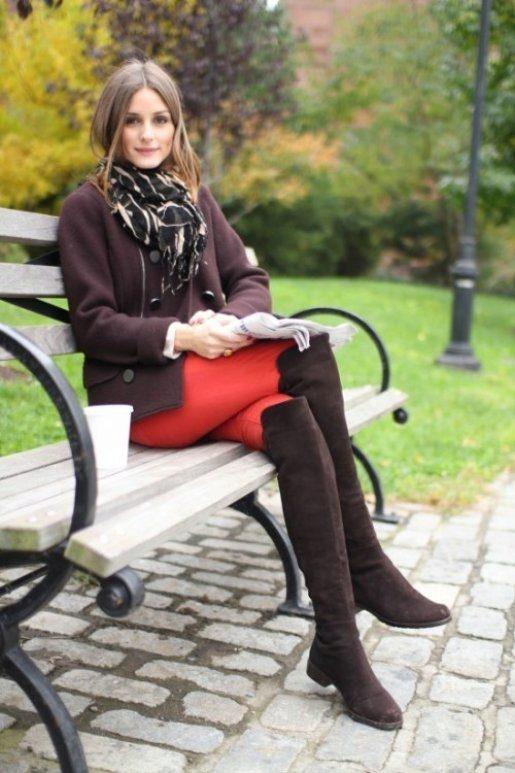 Высокие сапоги и короткое пальто-жакет цвета капучино, красные джинсы, шарф — стильно и по-осеннему уютно.