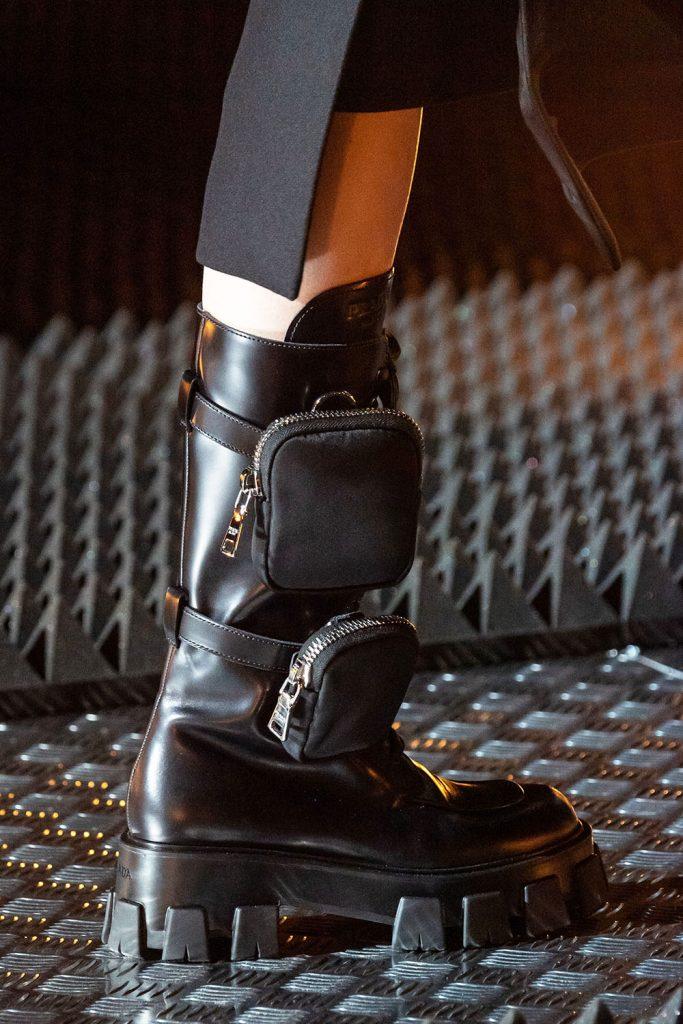 Бренд Prada представил сапоги на мощной подошве с ремнями и шнуровкой.