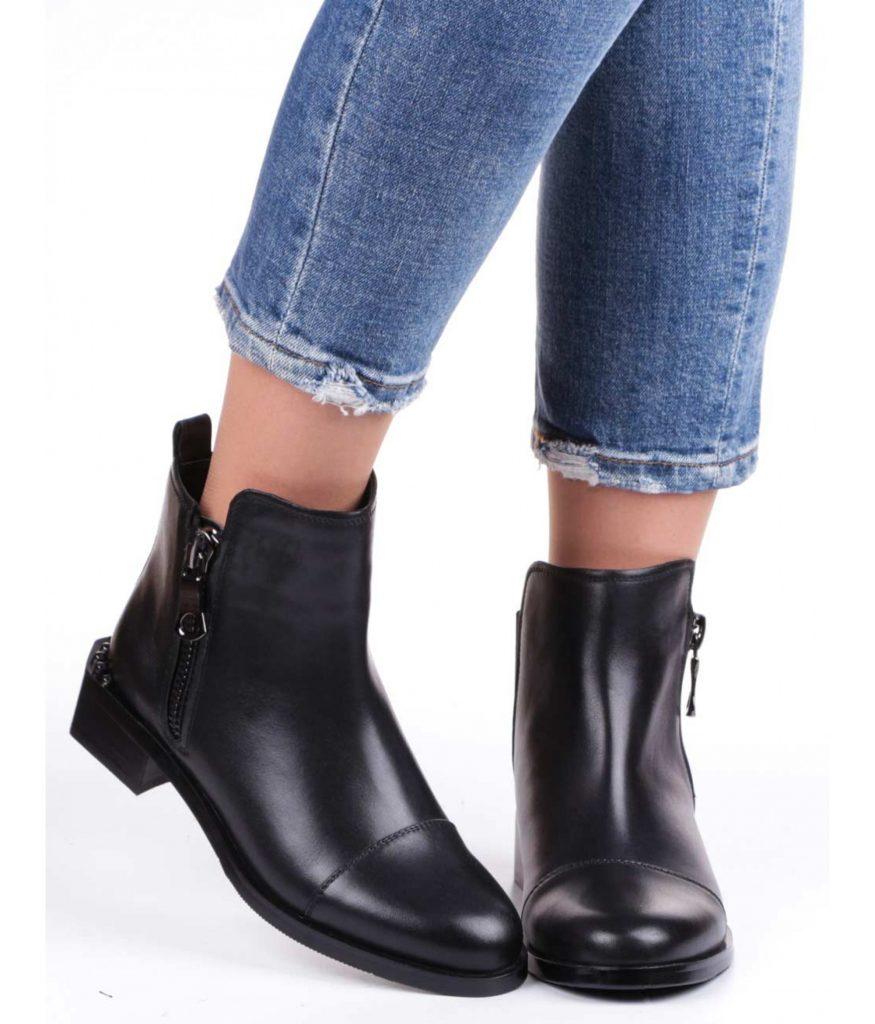 Черные кожаные полусапожки и джинсы — всегда удачная комбинация.